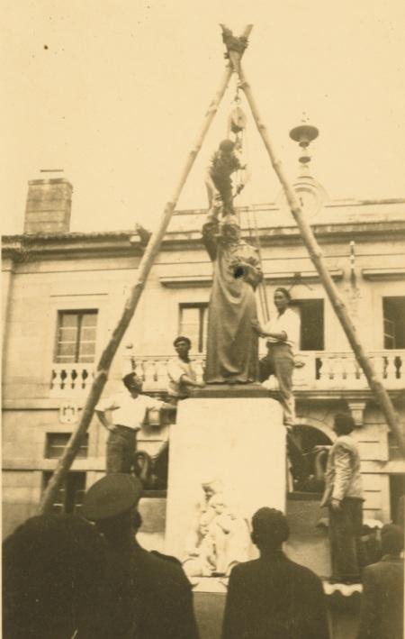 Colocación de la estatua del P. Salvado. Tui, Plaza de la Inmaculada (septiembre de 1949).