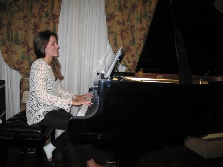Andrea en el piano de cola.
