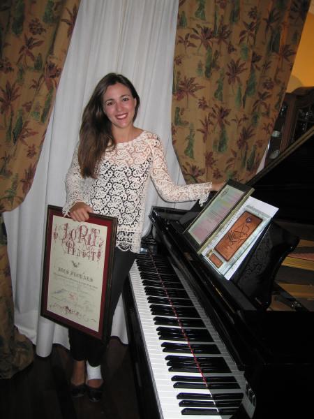 Andrea con sus diplomas