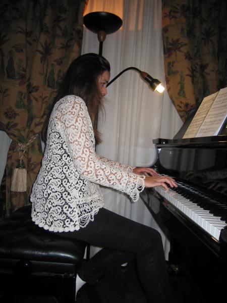 La pianista interpreta una pieza del P. Salvado