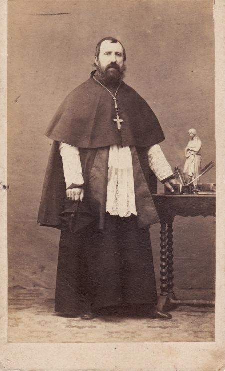 """Foto hecha en Roma, en cuyo anverso figura escrito de puño y letra del P. Salvado esta dedicatoria: """"A su querida Madre. El Obispo de Puerto-Victoria. Memoria 1865""""."""