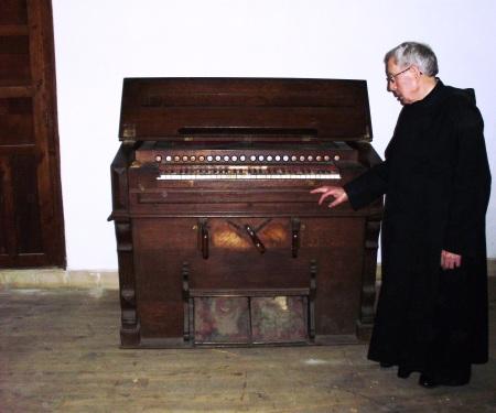 P. Domingo Candelas junto al armonio donado por el  P. Salvado